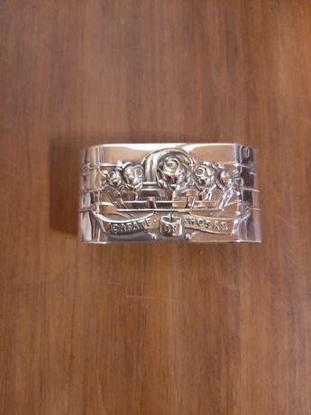 Argola em prata marcada.