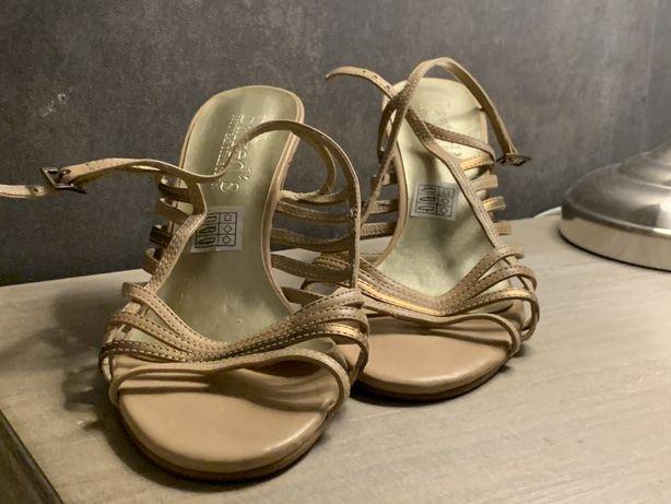 Sandálias de Salto Douradas