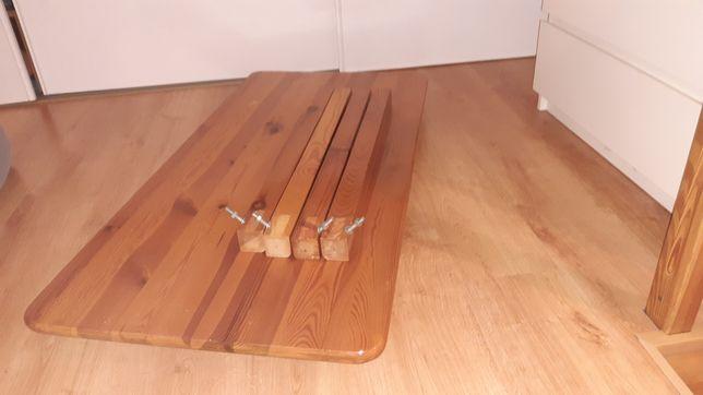 Stół drewniany z małą szufladą.