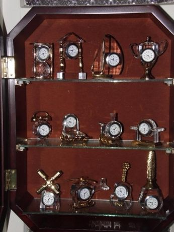 Colecção de relógios em cristal com móvel expositor