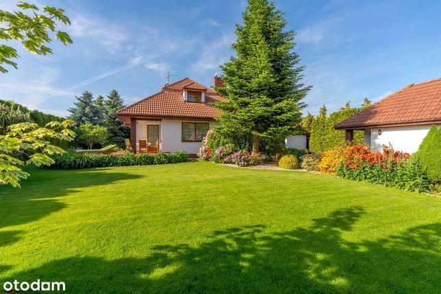 Piękny dom, otoczony ogrodem, blisko morza.