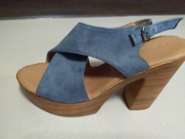Błękitne sandały na koturnie 38