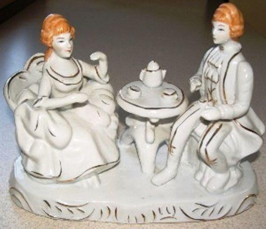 stara figurka porcelana para przy kawie