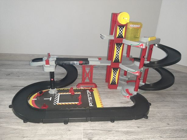 Garaz duzy Ferrari