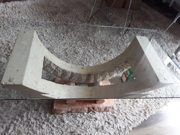 Stolik ława kawowa z szybą i podstawą kamienną .