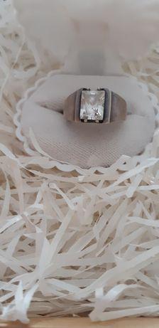 Stary srebrny pierścionek z prostokątną cyrkonia  vintage