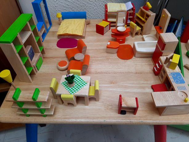 Mobílias em madeira de cor.