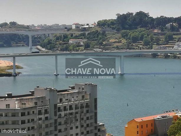Apartamento T2 com terraço, à Marina do Freixo com vistas Rio Douro