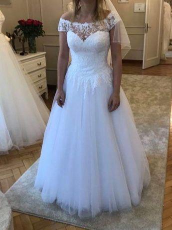 Biała, błyszcząca, delikatna suknia ślubna