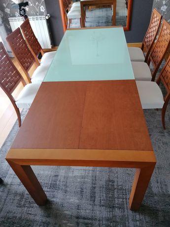Mesa de jantar (madeira envidraçada) e aparador.