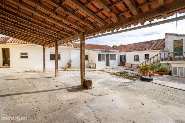 Moradia T3 e Moradia T2 com terreno e anexos - Vestiaria | Alcobaça.