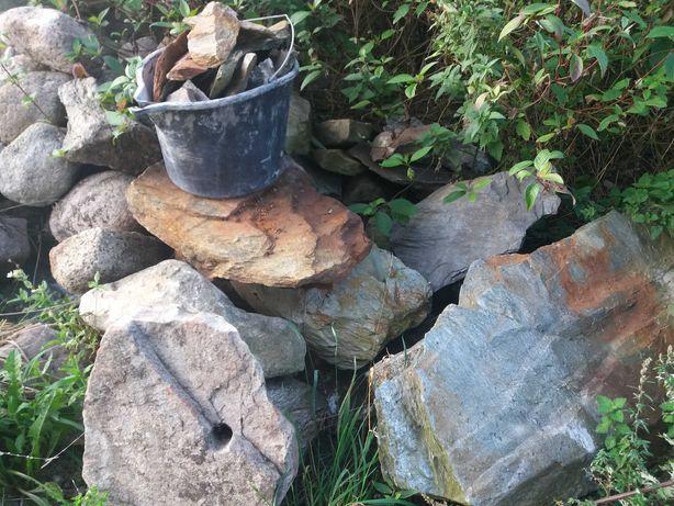 Kamienie na kaskade oczka wodnego i kamień polny