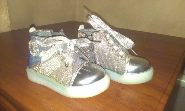 Кроссовки для девочки светящиеся!