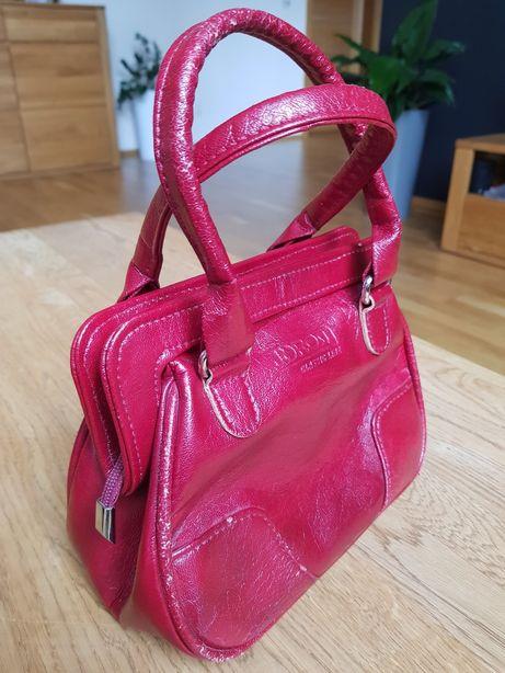 Mała czerwona torebka do ręki.