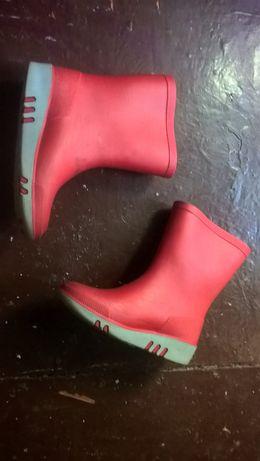 Резиновые сапожки красного цвета