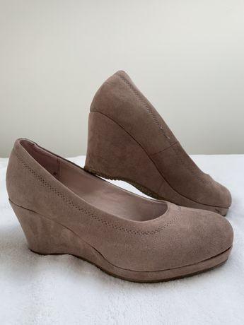 Buty na koturnie brudny róż