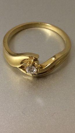 Фирменное золотое кольцо 750 пробы с бриллиантом