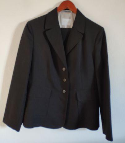 Casaco e calças pretas