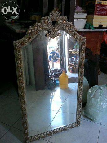 Espelho em castanho maciço lacado e dourado
