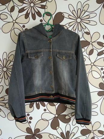 Чорна джинсова жіноча куртка