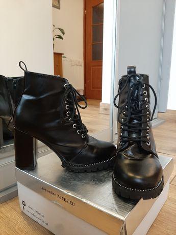 Czarne, wiązane botki na słupku, 37