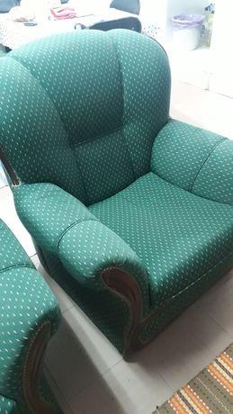 Sofá completo, duas poltronas e um sofá com três lugares