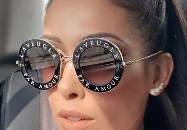 Czarne okulary przeciwsłoneczne białe napisy okrągłe