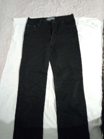 200гр. за 2 пары новых черных стильных джинсов мальчику 12-14 лет.
