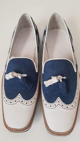 Sapatos em pele branca e camurça azul. Tamanho 42