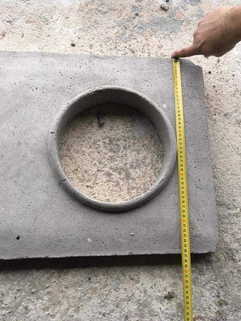 Płyta betonowa przykrywająca komin. Czapka komina