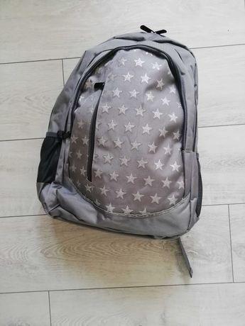 Szary plecak w gwiazdki