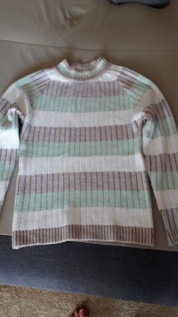 Ciepły , milutki sweterek z akrylu
