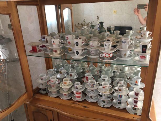 Vitrine com coleção de chávenas de café
