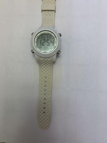 Продаю часы Daniel Klein, белые