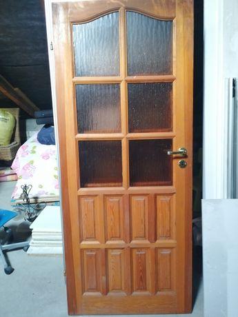 Drzwi domowe drewniane z zamkami