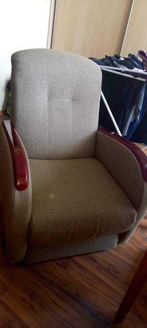 Fotele oliwkowe z czerwonymi podłokietnikami