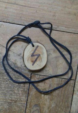 Colar runa de madeira
