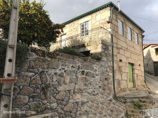 Moradia de pedra situada em Vila Soeiro do Chão, Fornos de Algodres.