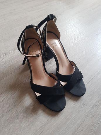 Sandałki na słupku 37