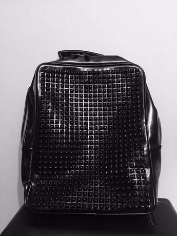 Рюкзак с шипами вместительный