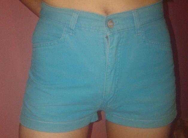 Голубые короткие шорты на высокой талии