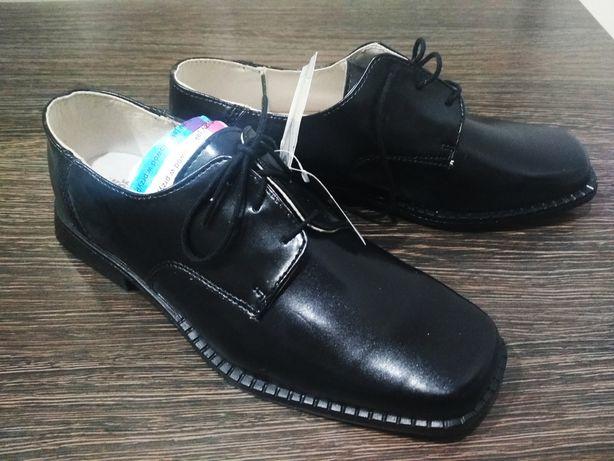 Czarne i białe buty chłopięce