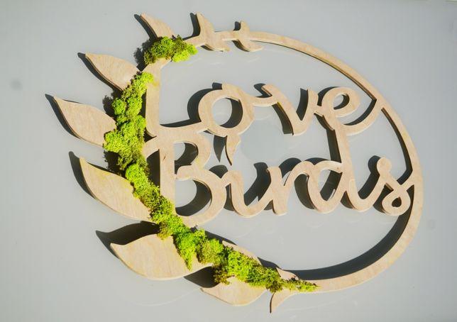 """Napis """"Love birds"""" ścianka ślubna, żywy mech boho"""