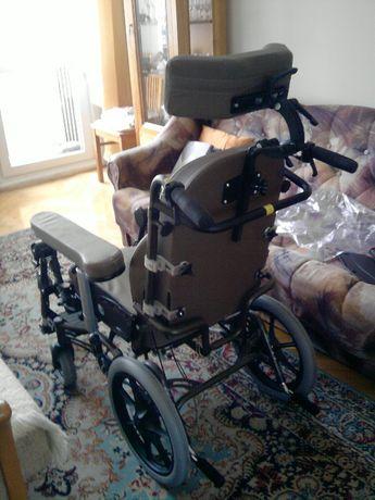 Wózek inwalidzki na małych tylnych kołach, specjalistyczny.