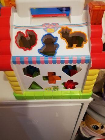 Zabawki dla dzieci. Garnuszek kolcuszek, domek, młotek
