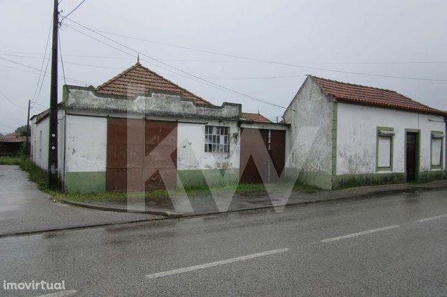 Moradia devoluta para recuperar com quintal nas Quintãs - Oliveirinha