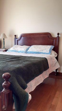 Jogo de quarto em madeira nobre e mármore