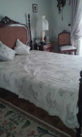 Mobília de quarto de casal antiga com palhinha na cabeceira da cama