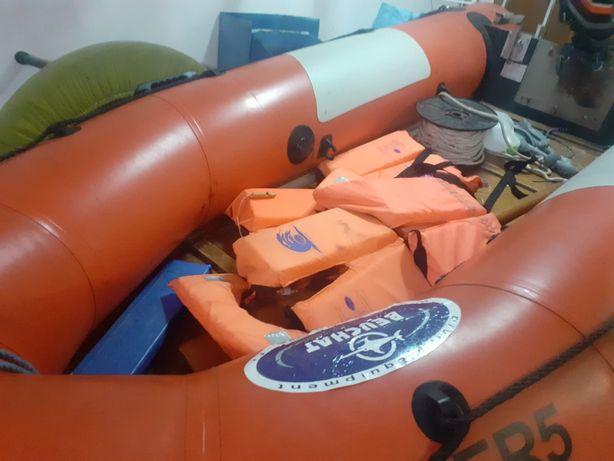 Barco com reboque e motor