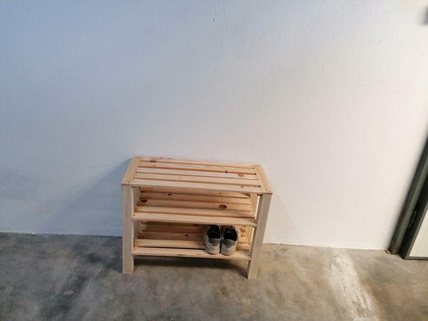 Sapateira de madeira reciclada.